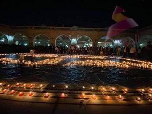 عکس/ روشن کردن ۱۱۸۷ شمع در مسجد سهله