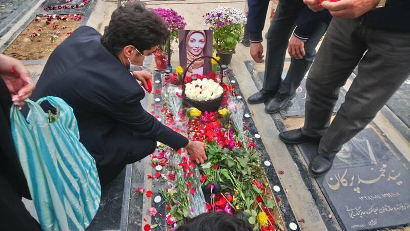 مراسم یادبود آزاده نامداری با حضور مردم برگزار شد+ فیلم و تصاویر