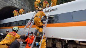 خروج مرگبار قطار از ریل در تایوان