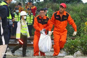 عکس/ اجساد حادثه خروج قطار از ریل در تایوان