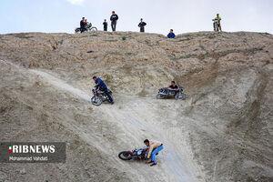 عکس/ موتور سواری عجیب با چاشنی خطر