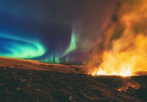 عکس/ ترکیبی از شفق قطبی و فوران آتشفشان