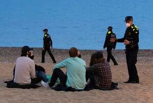 عکس/ تذکر کرونایی پلیس به جوانان در ساحل