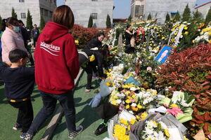 عکس/ ادای احترام به قربانیان حادثه قطار در تایوان