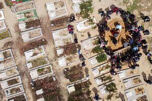 دفن یک فوتی مبتلا به کرونا در گورستان نوار غزه