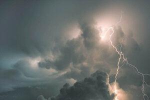 فیلم/ لحظه برخورد صاعقه با برج میلاد