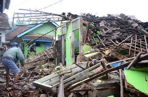 عکس/ ریزش ساختمانی بر اثر زلزله در اندونزی