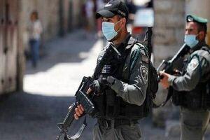 فیلم/ زانوی یک صهیونیست وحشی بر گردن جوان فلسطینی