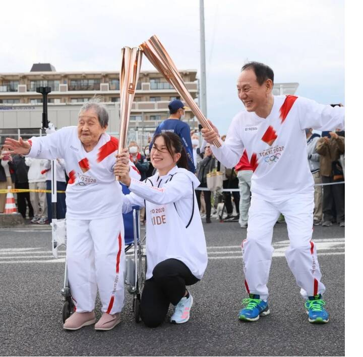 چگونه مادربزرگ ۱۰۹ ساله حمل کننده مشعل المپیک شد؟ +عکس