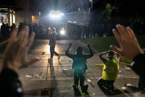 عکس/ شلیک گاز اشک آور به معترضان در بروکلین آمریکا