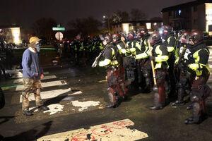 شلیک گار اشک آور به معترضان در بروکلین آمریکا