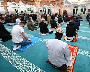 عکس/ اقامه نماز جماعت اولین روز رمضان در فرانکفورت