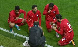 عکس/ افطار بازیکنان فوتبال در جریان مسابقه