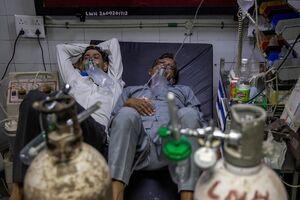 عکس/ دو بیمار بر روی یک تخت در بیمارستانهای هند