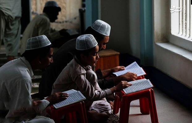 قرآن خواندن در مسجدی در اندونزی