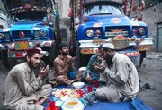 عکس/ دعای رانندگان کامیون قبل از افطار