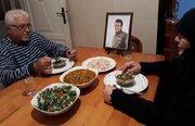 عکس/سفره افطار پدر و مادر شهید مدافع حرم لبنانی