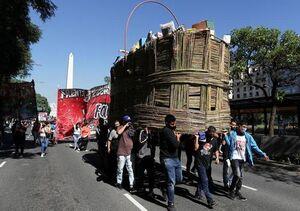عکس/ حمل یک سبد بزرگ مایحتاج در یک تظاهرات