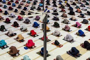 اقامه نماز با رعایت فاصله اجتماعی در اندونزی