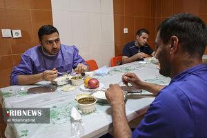 عکس/ افطار سفیدپوشان بیمارستان پشتیبانی شهید دستغیب