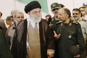 تصویری از مرحوم سردار حجازی در کنار رهبرانقلاب