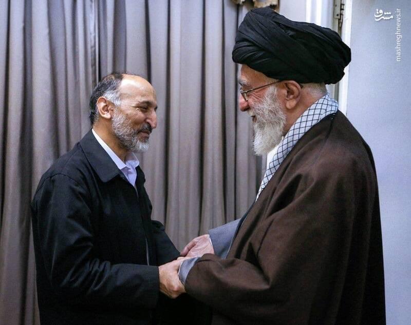 تصویر ویژه از سردار حجازی دست در دستان رهبر انقلاب