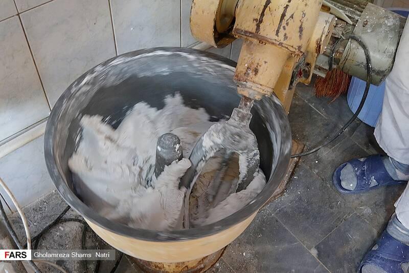 برای خمیر کردن ارد برنج را با آب مخلوط کرده و در دستگاه خمیرگیر آن را به صورت خمیر در می آورند