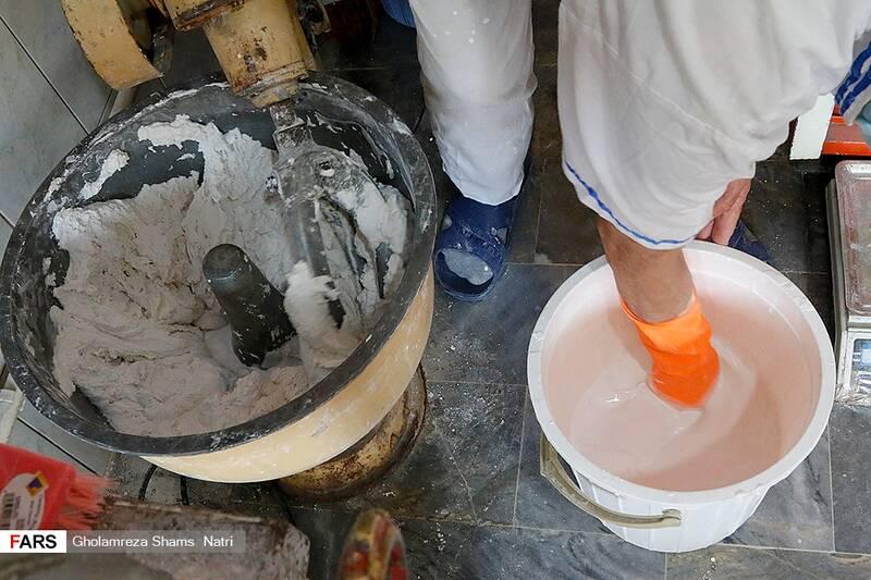 خمیر بدست آمده را با آب مخلوط کرده و آن را به صورت مایع در می اورند