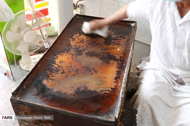 فر مخصوص پخت رشته پس از گرم شدن تمیز می شود . این صفحه می بایست مس باشد