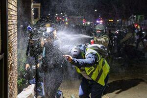 عکس/ پاشیدن اسپری به صورت خبرنگاران در آمریکا