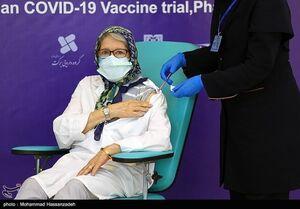 عکس/ تزریق واکسن ایرانی به مینو محرز