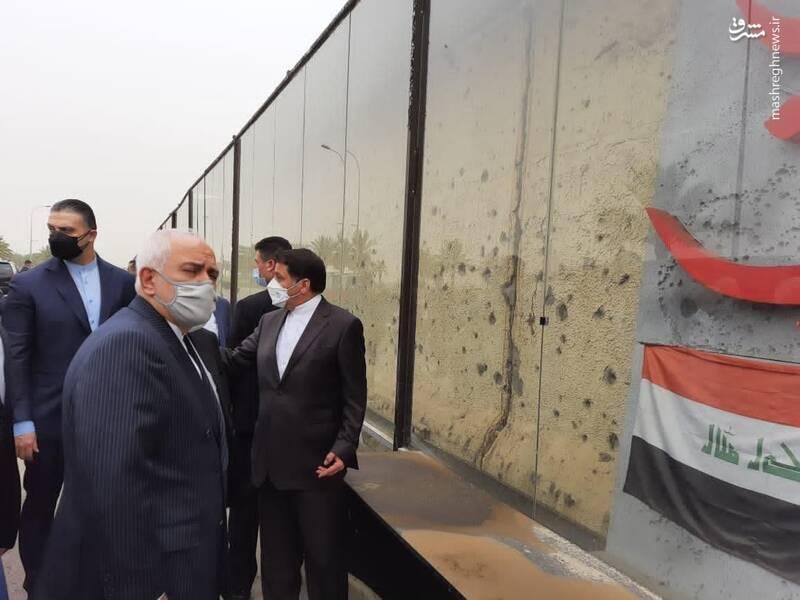 ظریف در بدو ورود به بغداد نخست در محل شهادت سردار سپهبد حاج قاسم سلیمانی و ابو مهدی المهندس حاضر شد و به مقام شهدا ادای احترام کرد.