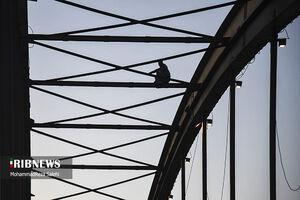 عکس/ تفریح پرخطر روی پل سفید اهواز