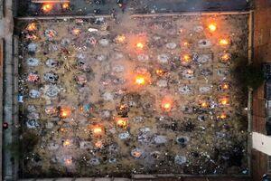 تصاویری آخرالزمانی از سوزاندن اجساد کروناییها