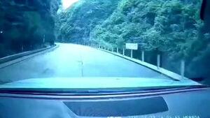 لحظه دلهرهآور ریزش کوه بر روی خودروی یک پدر و پسر +فیلم