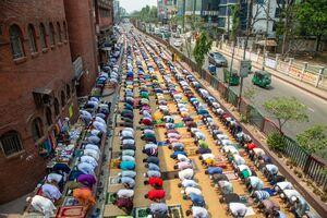 عکس/ اقامه نماز مسلمانان بنگلادشی در فضای باز