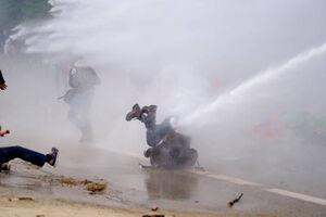 عکس/ برخورد خشن پلیس بلژیک با معترضان ضد دولتی