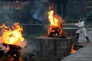 عکس/ سوزاندن اجساد قربانیان کرونا در نپال