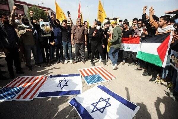عراقیها پرچمهای آمریکا و رژیم صهیونیستی را به آتش کشیدند