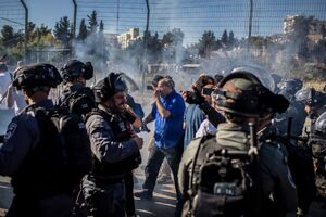 فیلم/ ضرب و شتم جوان فلسطینی در شیخ جراح