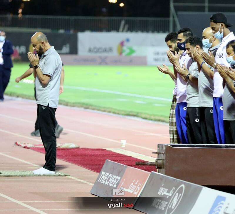 نماز جماعت در زمین فوتبال +عکس