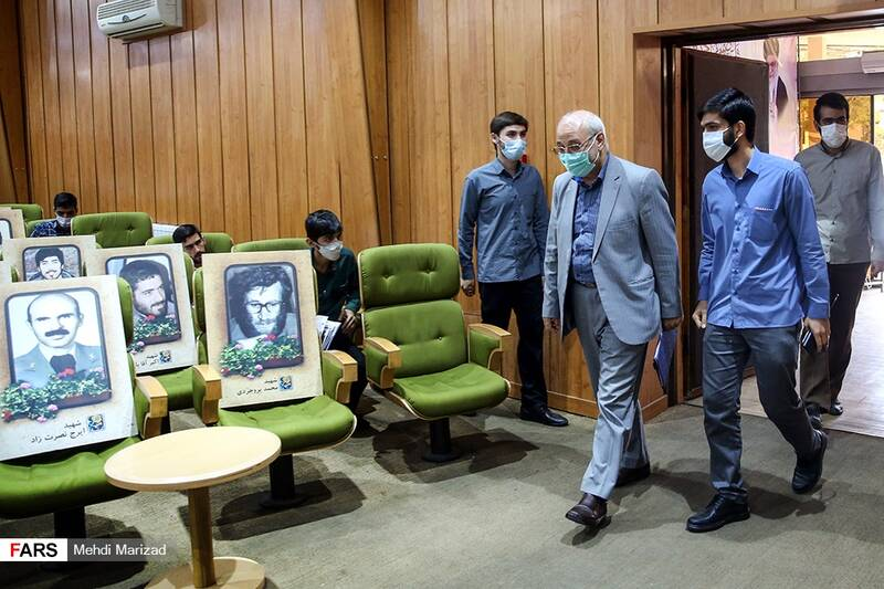 ورود حسینعلی حاجی دلیگانی عضو کمیسیون برنامه و بودجه مجلس به همایش «ویَن نان نمی شود»