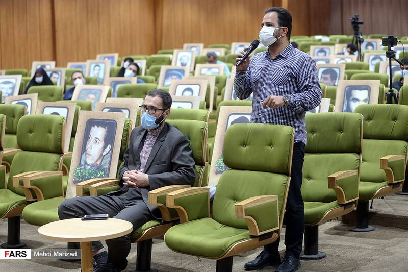 یکی از حاضران در همایش «ویَن نان نمی شود» سوال خود را از نمایندگان مجلس شورای اسلامی می پرسد