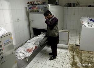 عکس/ گریه مرد افغان در کنار پیکر بیجان دخترش
