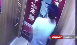 فیلم/ وقتی بدترین جای ممکن در آسانسور بسته میشود!