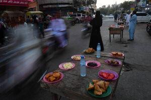عکس/ سفره افطار مسلمانان در پاکستان
