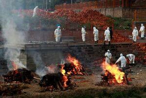 عکس/ انتقال و سوزاندن اجساد کرونایی در نپال
