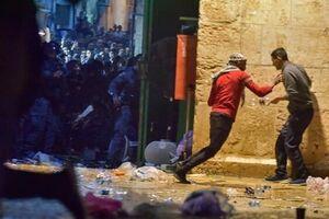 درگیری نظامیان صهیونیست با جوانان فلسطینی در صحن مسجد الاقصی