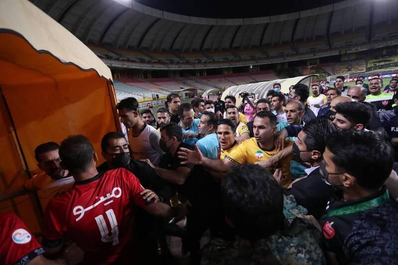 عکس/ درگیری زشت بازیکنان سپاهان و پرسپولیس