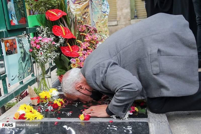 بوسه حسن عباسی رئیس اندیشکده یقین بر مزار سردار شهید محمد ناظری فرمانده یگان ویژه نیروی دریایی سپاه